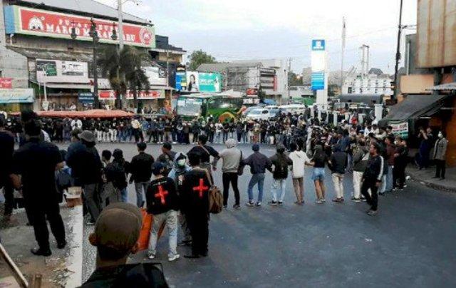 Photo of Ratusan Massa Tolak Pasal Bermasalah #SoloBergerak Blokade Akses Jalan Utama Solo-Semarang