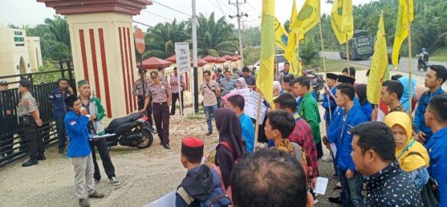 Photo of Aksi Solidaritas Puluhan Mahasiswa PMII di Mapolres Sarolangun, Usut Tuntas Kematian Randi