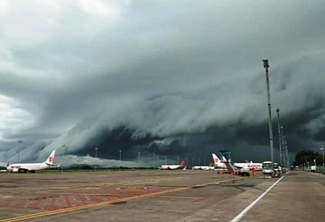 Photo of Awan Mirip Tsunami di Langit Bandara Hasanuddin Makassar