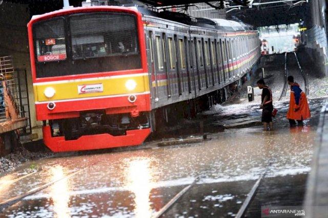 Photo of 4 Kereta Api Jarak Jauh dari Daop 1 Telat Datang Terkait Rel Digenangi Banjir