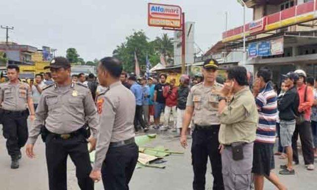 Photo of Ditabrak Truk Batu Bara, Emi Warga Bajubang Batanghari Tewas Ditempat