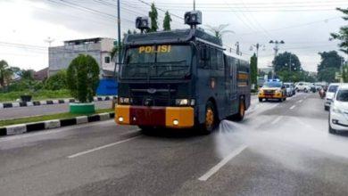 Photo of Polres Bungo Gunakan Mobil Water Canon Semprotkan Disinfektan di Jalur Protokol