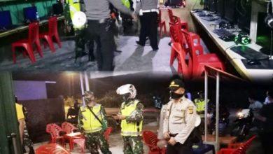Photo of Kerumunan Warga di Warnet dan Tongkrongan Dibubarkan Aparat Polisi dan TNI