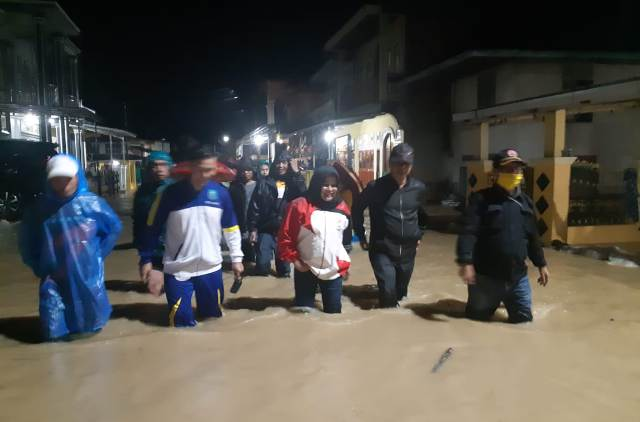 Photo of Wabup dan Kadis PUPR Kerinci Turun ke Lokasi Banjir Malam Ini