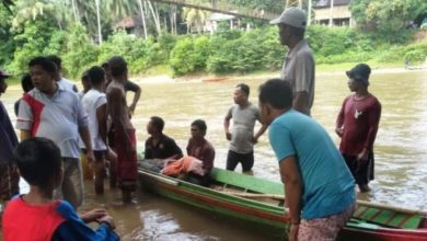 Photo of Naas!!! Warga Desa Teluk Kecimbung Tewas Terjun dari Jembatan Gantung