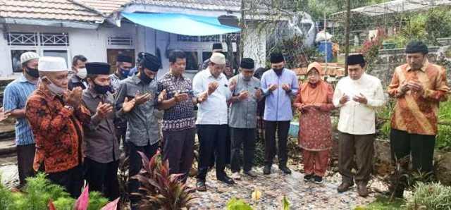 Photo of Makam Pendiri Kota Sungaipenuh Diziarahi Fikar Azami – Yos Adrino