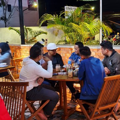 Terlihat Defitra Eka Jaya Dan Team Reaelwan Az-As sedang serius membicarakan sesuatu