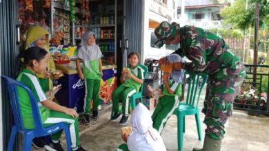 Photo of Keceriaan Anak-anak Desa Saat Diajari Memakai Maskeroleh Satgas TMMD Kerinci