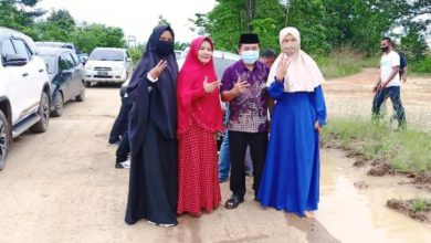Photo of Momen Haris Bantu Dorong Mobil Warga Terpuruk di Kubangan
