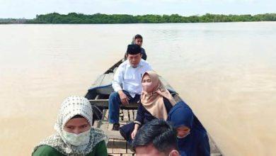 Photo of Bersama H Bakri dan Abdullah Hich, Haris Menggunakan Ketek Nyebrang Melihat Kondisi Masyarakat Lebih Dekat
