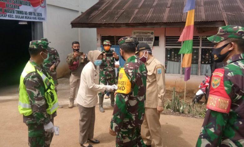 Photo of Rumkitban Gelar Pengobatan Gratis saat Kunjungan Kasdam II di Lokasi TMMD Kerinci