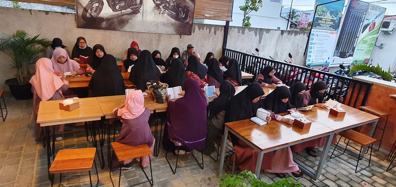 Pembacaaan Yasin Bersama Pengasuh dan Putri Panti Asuhan Muhammadiyah